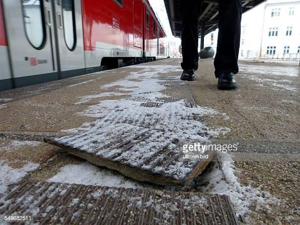 Vorsicht beim Auststeigen Lose Gehwegplatten auf dem Regionalbahnsteig 3 am Bahnhof Friedrichstrasse in BerlinMitte