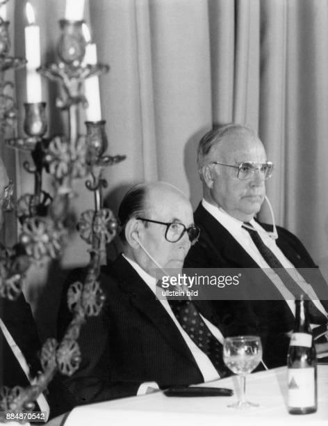 1912 Vorsitzender des Direktoriums des Zentralrates der Juden in Deutschland mit Bundeskanzler Helmut Kohl auf dem Jüdischen Weltkongreß in Berlin