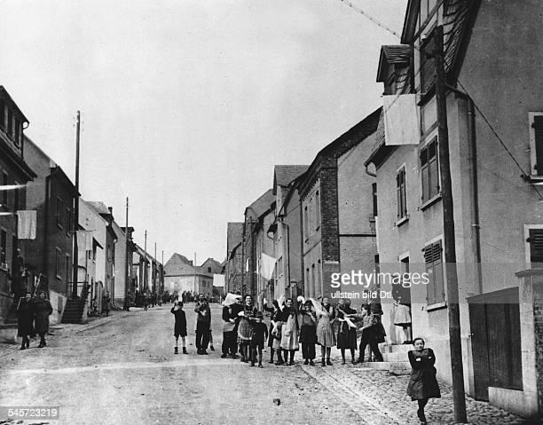 Vorstoss der 1. US-Armee westlich des Rheins. Die Bevölkerung von Limburg erwartet die US - Truppen mit weissen Tüchern.