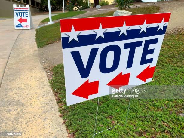 """""""vote"""" directional sign - val evenemang bildbanksfoton och bilder"""