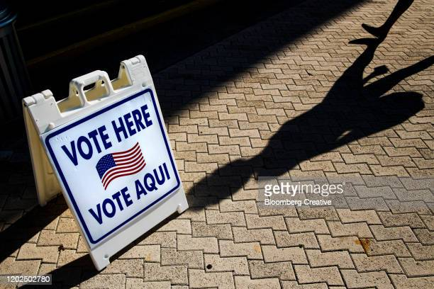 vote here sign in english and spanish - florida usa stock-fotos und bilder