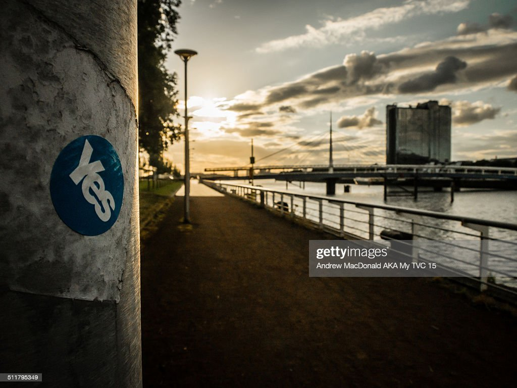 Vote yes sticker on light pole Clyde river Glasgow : Stock Photo