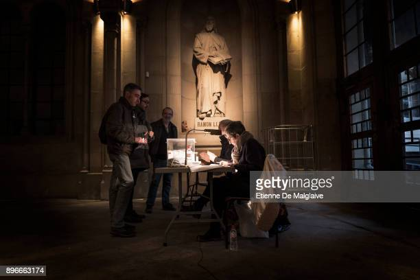 Voters cast their ballot for the Catalan regional election at a polling station inside the hall of the University of Barcelona on December 21 2017 in...