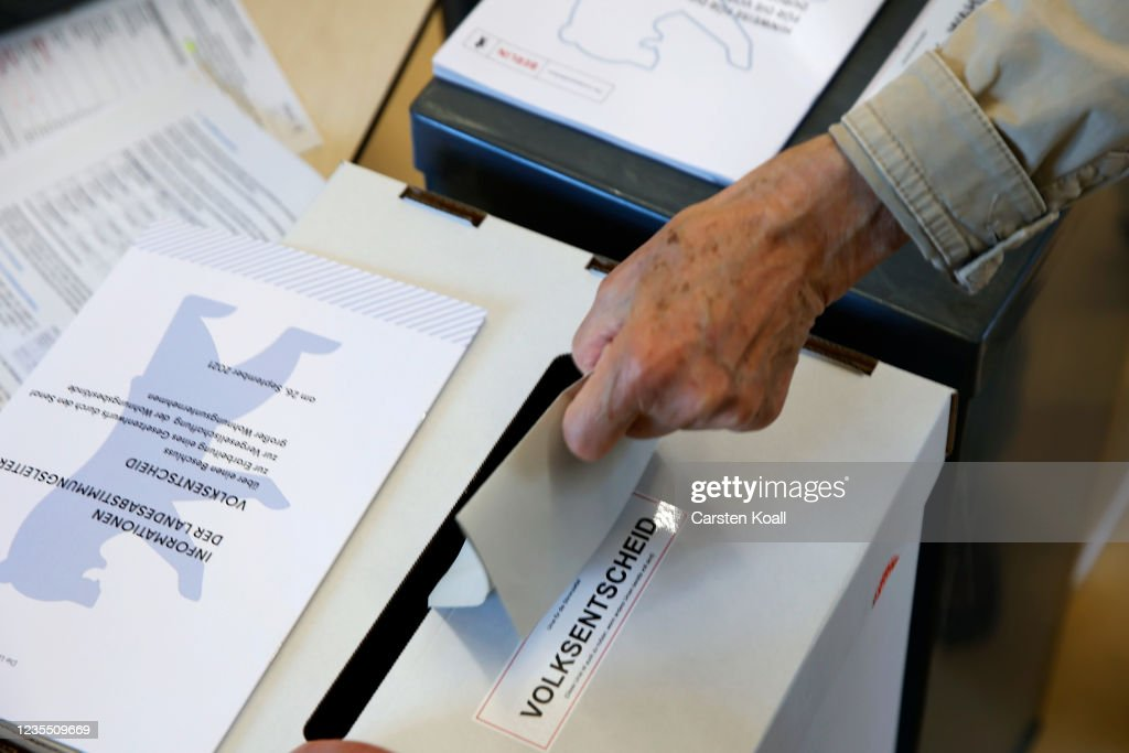 Voters Go To The Polls In Federal Elections : News Photo