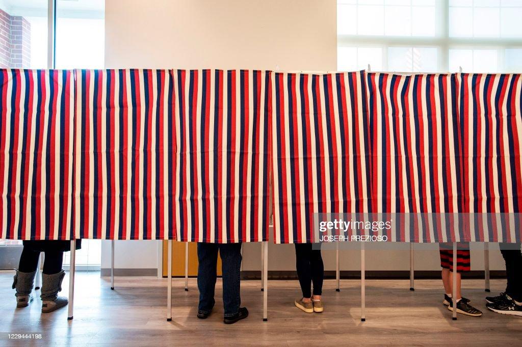 TOPSHOT-US-VOTE-NEW HAMPSHIRE : News Photo