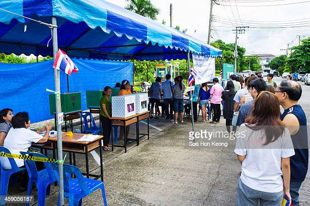 CONTENT] Voters lining up in a housing estates at Nonthaburi province during Thailand Election in 2011