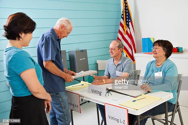 voters registering, voting in the november united states elections. - voter registration photos et images de collection