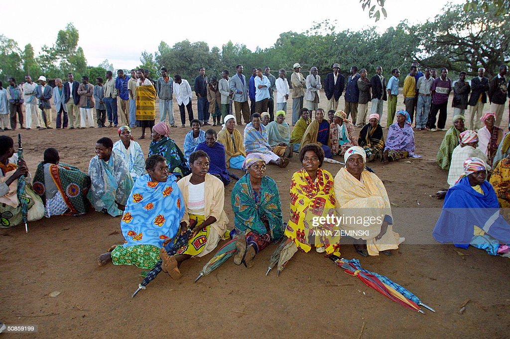 Voters wait for the polls to open at a polling station at the Goliati Primary School in Thyolo district, about 50 kms outside Blantyre 20 May 2004. Malawians went to the polls 20 May in the country's third democratic general elections.