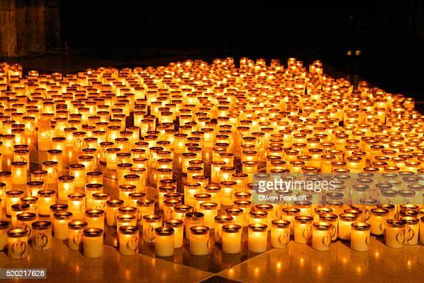 votive candles at memorial for pope john paul ii - événement commémoratif photos et images de collection