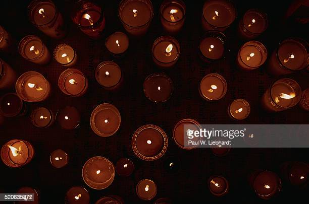 votive candles burning - cero foto e immagini stock