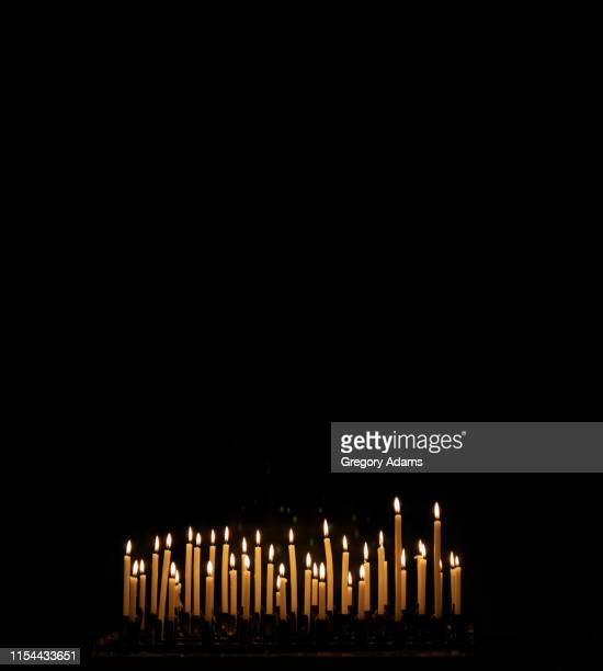 votive candles in a tuscan church - cero foto e immagini stock