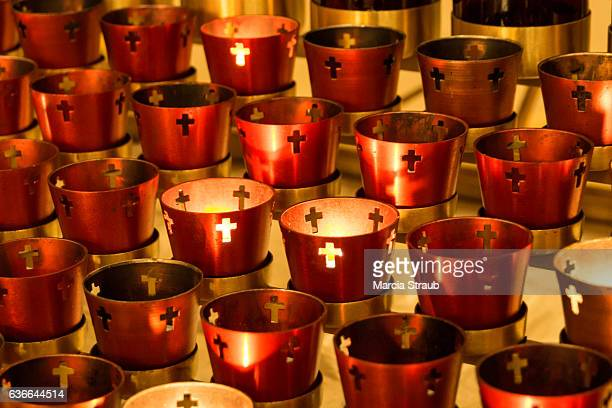 votive candles inside a chapel - cero foto e immagini stock