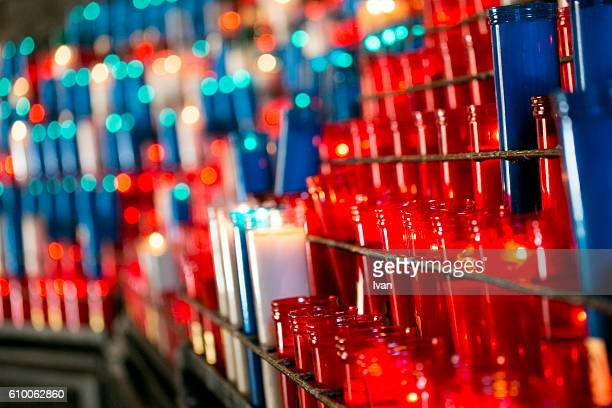 votive prayer candles at cathedral - cero foto e immagini stock
