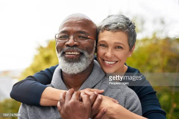 ho giurato di non lasciarlo mai andare - coppia anziana foto e immagini stock