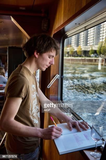 Voyage en péniche sur la La Seine pour parler de la Métropole du grand Paris avec la participation des architectes urbaniste Antoine Grumbach Paola...