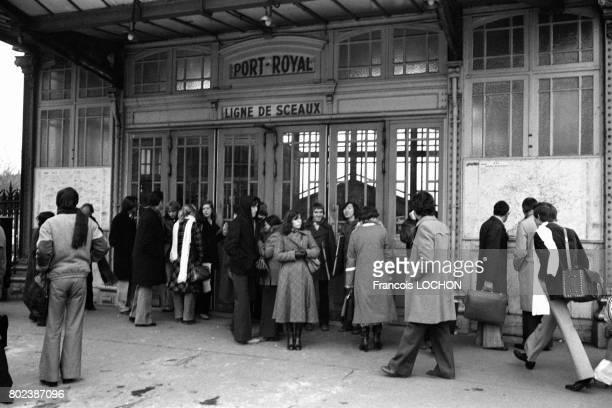 Voyageurs bloqués devant une station du RER pendant une panne d'électricité dûe à un incident technique dans le réseau EDF le 19 décembre 1978 à...
