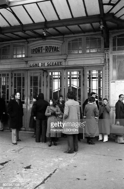 Voyageurs bloqués devant une station du RER pendant une panne d'électricité due à un incident technique dans le réseau EDF le 19 décembre 1978 à...