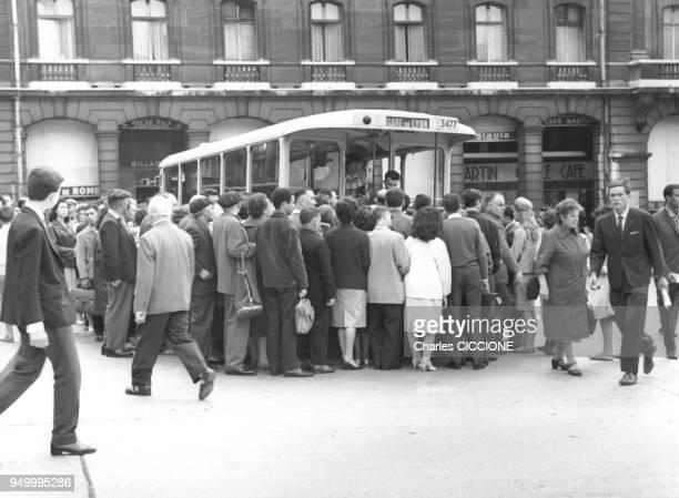 Voyageurs faisant la queue pour monter dans l'autobus devant la gare SaintLazarre circa 1960 a Paris France