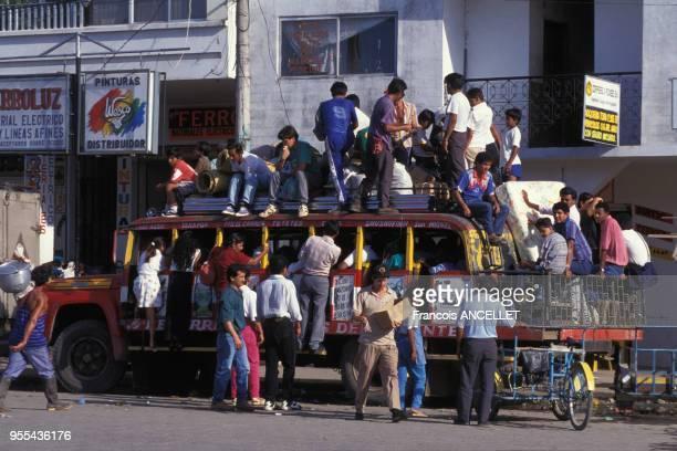 Voyageurs montant à bord d'un autobus à Lago Agrio , Equateur.
