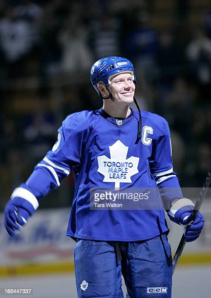 LEAFS vs ISLANDERS10/11/07Leafs captain Mats Sundin salutes the fans after being awarded all three stars of the night Sundin scored a goal in the...