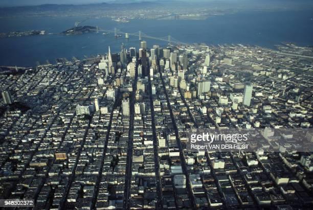 Vue aérienne de la ville de San Francisco avec le San Francisco Bay Bridge et Treasure lsland en mai 1980 aux Etats-Unis.