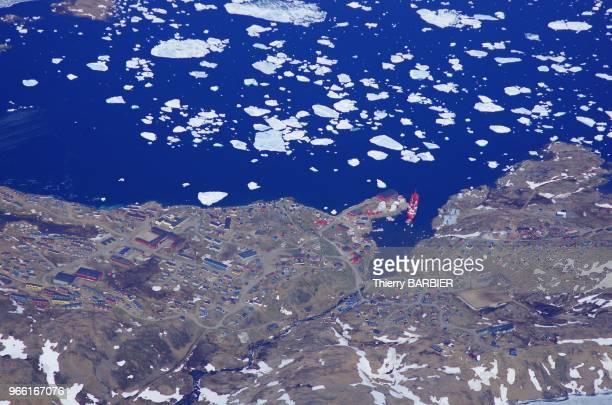 Vue aérienne de la ville de Tasiilak Ammassalik 2000 ha la plus importante de la cote Est 14 juin 2013 cote Est du Groenland