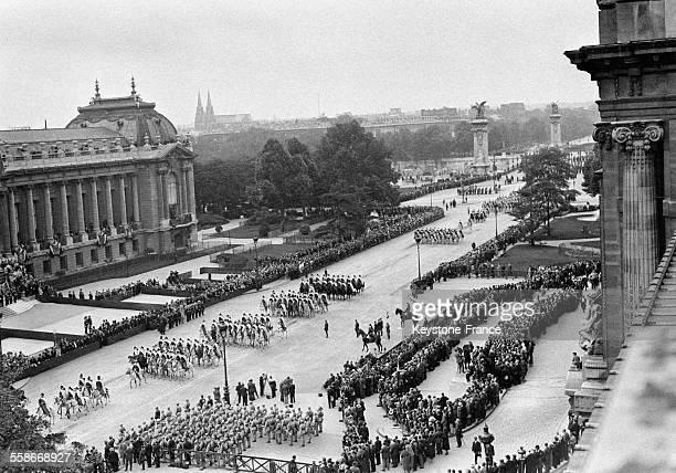 Vue aérienne du défilé du 14 juillet devant le Grand Palais le 14 juillet 1931 à Paris France