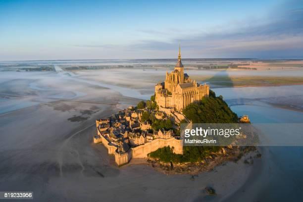 Vue aérienne du Mont Saint-Michel au lever du soleil
