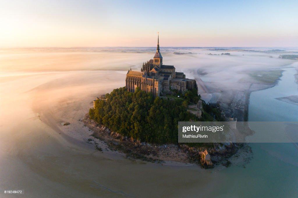 Vue aérienne du Mont Saint-Michel au lever du soleil : ストックフォト