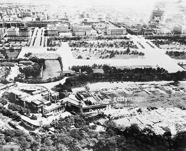 Vue aérienne du Palais Impérial entouré d'immeubles rasés dont les ruines sont soigneusement déblayées à Tokyo Japon en 1945