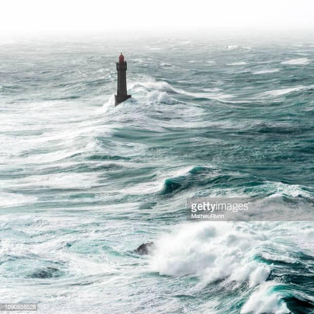 Vue aérienne du phare de la Jument dans la tempête et la forte houle