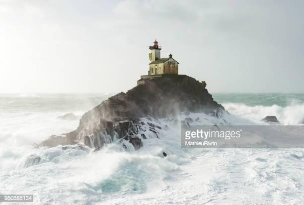 vue aérienne du phare de tevennec dans la tempête et la forte houle - brest brittany stock pictures, royalty-free photos & images