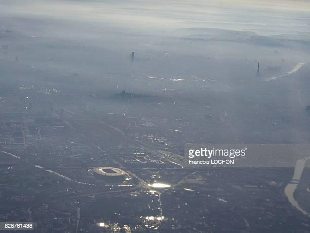 Vue aérienne d'un nuage de pollution audessus de Paris France le 7 décembre 2016