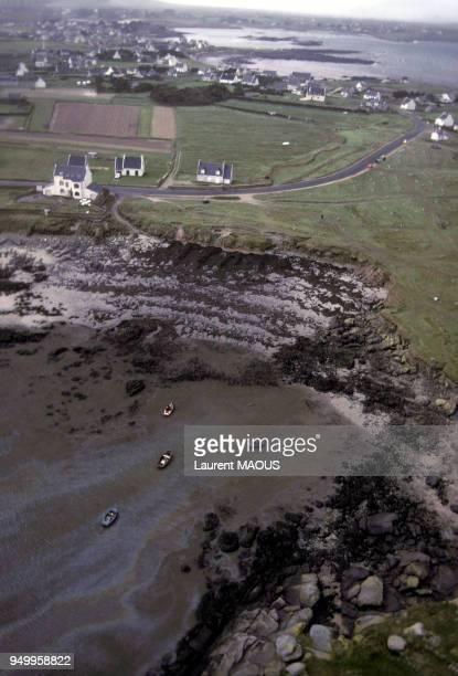 Vue aérienne d'une plage souillée par le pétrole après le naufrage du pétrolier Amoco Cadiz en mars 1978 à Portsall France