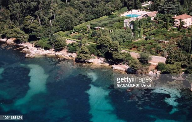 Vue aérienne d'une propriété avec piscine entourées de bois vers Cannes