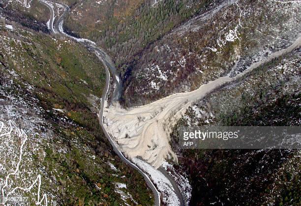 Vue aérienne prise le 17 décembre 2008 à SaintSauveursurTinée d'une importante coulée de neige qui a obstrué une rivière et entraîné une montée des...