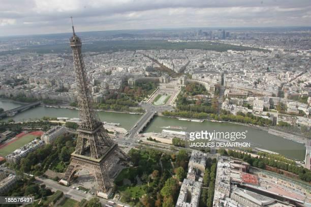 Vue aérienne prise le 25 septembre 2005 à Paris de la Tour Eiffel face au Trocadero Aerial view taken on September 25 2005 in Paris showing the...