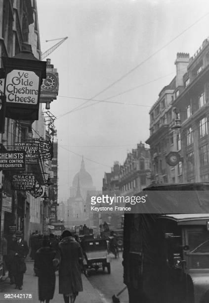 Vue de Fleet Street avec notamment l'enseigne du pub 'Ye Olde Cheshire Cheese' à Londres en Angleterre au RoyaumeUni en 1936