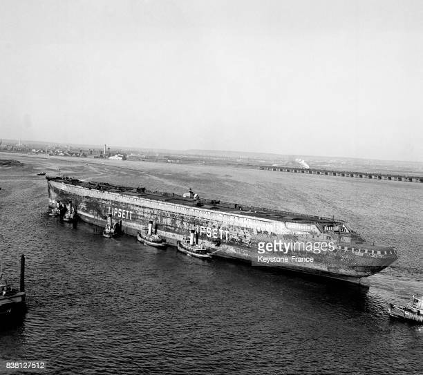 Vue de la carcasse du 'Normandie' remorquée dans la baie de Newark New Jersey EtatsUnis en 1946