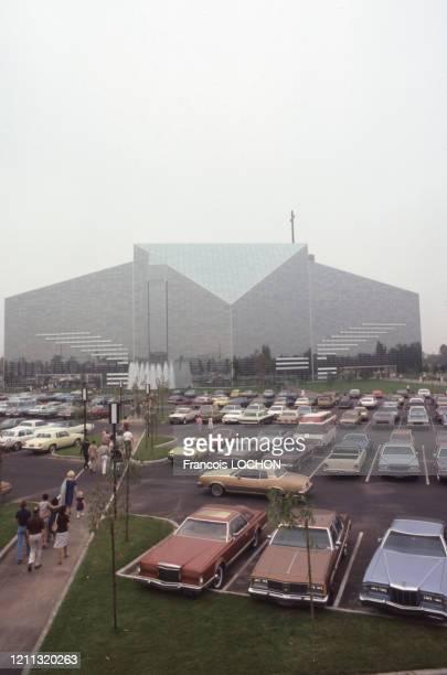 Vue de la Crystal Cathedral et de son parking à Garden Grove en Californie en octobre 1980, Etats-Unis.