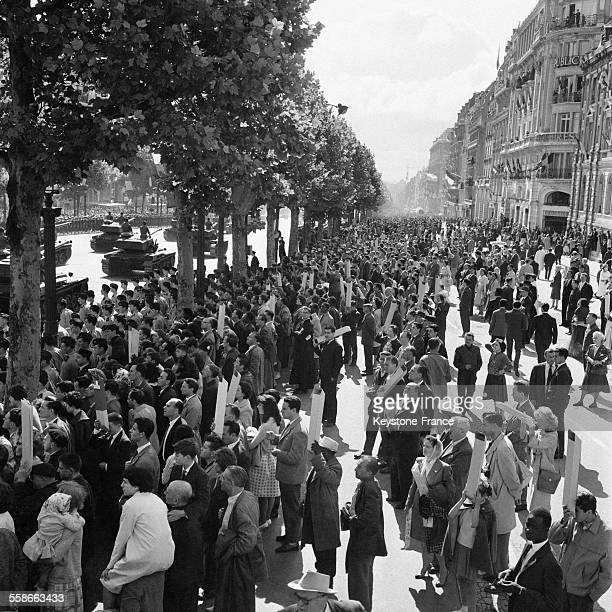 Vue de la foule sur les ChampsElysées pour assister au défilé du 14 juillet à Paris France le 14 juillet 1961