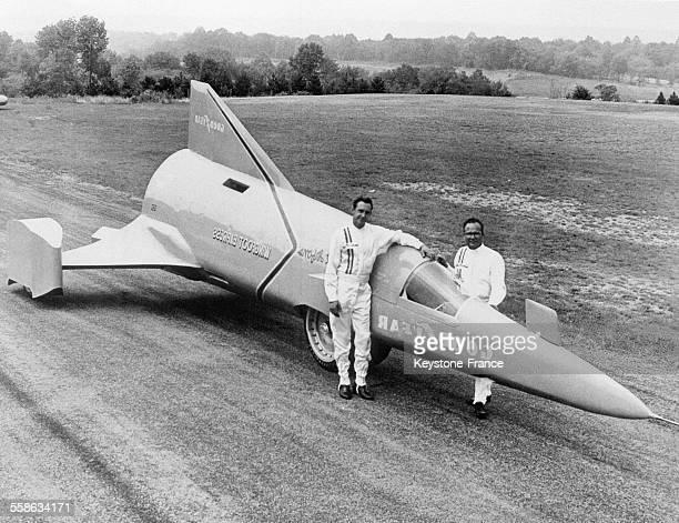 Vue de la future autofusée qui pourra atteindre la vitesse de 857 kilomètres heure avec son constructeur Walt Afrons et son pilote à Akron Ohio...