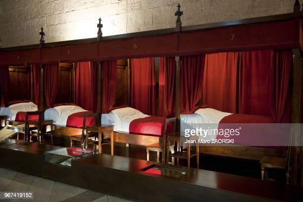 Vue de la Grande Salle des Povres, l'espace le plus imposant de l'Hotel Dieu sous sa voute lambrissee en chene, un hopital exemplaire o?? pendant...