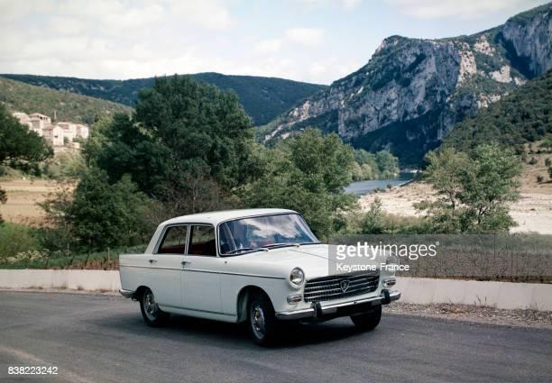 Vue de la Peugeot 204 sur une route de France en 1968
