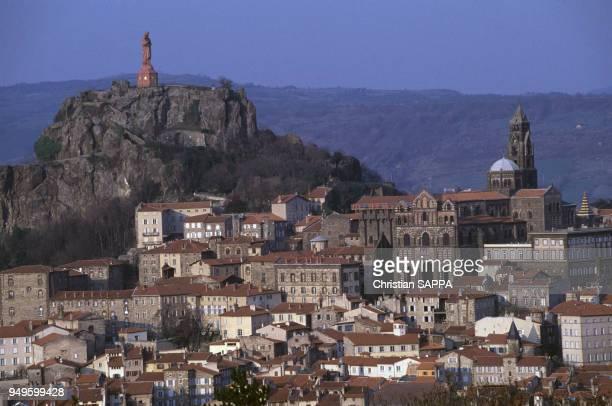 Vue de la statue de Notre-Dame de France et de la cathédrale Notre-Dame-de-l'Annonciation au Puy-en-Velay, dans la la Haute-Loire, France.