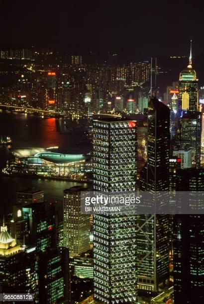 Vue de la tour de la Bank of China et du Cheung Kong Center de nuit à Hong Kong en 2002