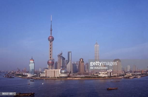 Vue de la Tour de la Perle de l'Orient au bord du fleuve Huangpu dans le district de Pudong à Shanghai en 1999 Chine