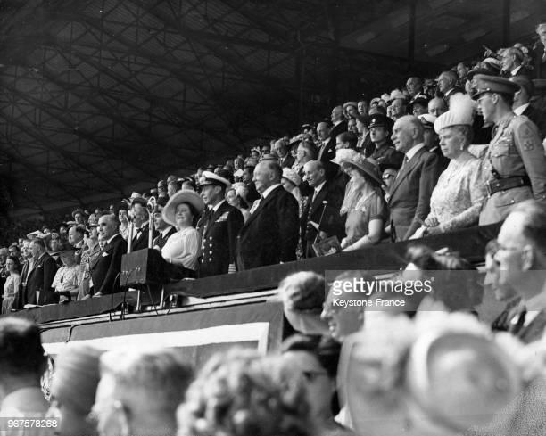 Vue de la tribune royale avec le prince Bernhard des Pays-Bas et la reine Mary au stade de Wembley pour la cérémonie d'ouverture des jeux olympiques...