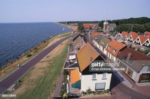 Vue de la ville d'Urk depuis le phare au bord de l'IJsselmeer PaysBas