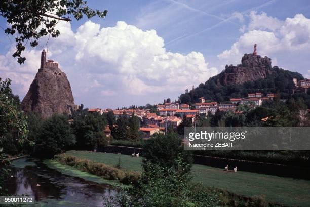 Vue de la ville en juillet 1991 au Puy-en-Velay, France.